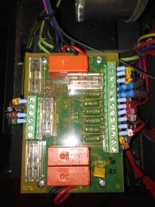 Säkringar och elektronik är lättåtkomligt för service.
