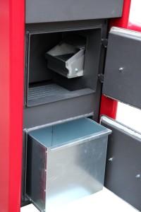 Bilden visar pelletspanna med brännaren från höger sida. Asklådan är tilltagen för långa tömningsintervall.
